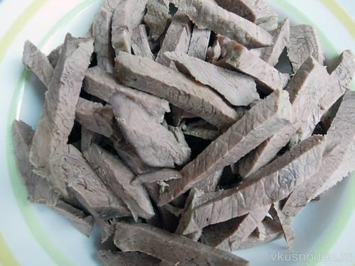 Говядину также режем небольшими полосками.
