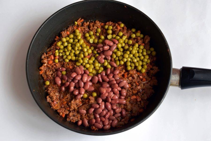 Добавьте зеленый горошек и консервированную фасоль. Перемешайте и остудите.