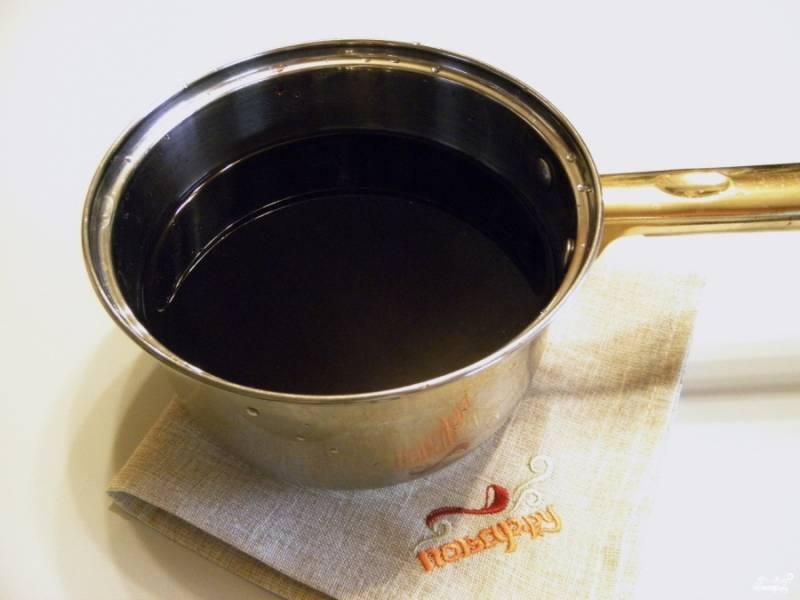 Отвар влейте в вино, перемешайте и доведите вино до 70 градусов. Кипятить нельзя! Горячий глинтвейн разливайте по стаканам или кружкам, подавайте. Приятного аппетита!