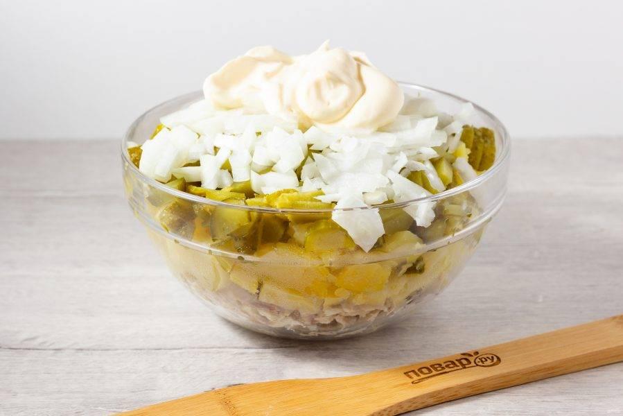 Заправьте салат майонезом. При необходимости посолите по вкусу.