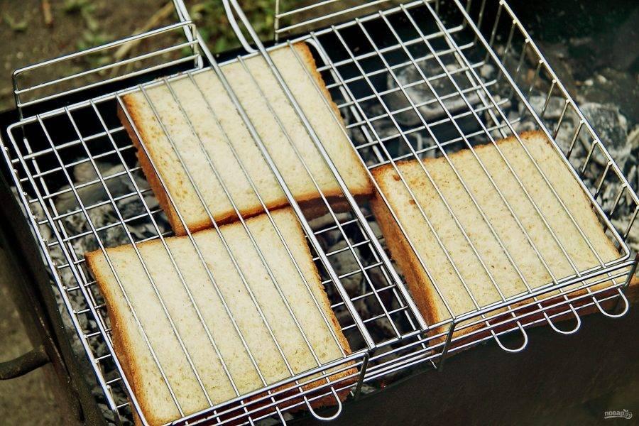 Выложите хлеб на решетку гриль и жарьте над раскаленными углями, периодически переворачивая до расплавления сыра.