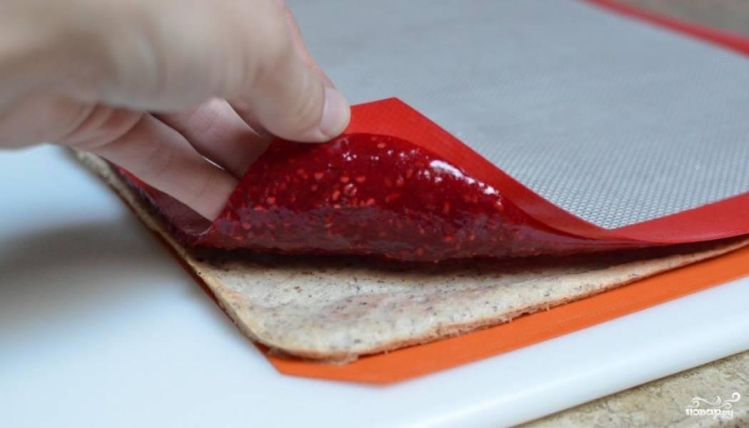 Собрать торт. На слой миндаля положить слой желатина.