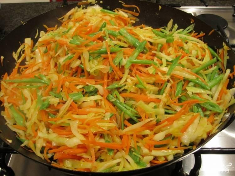 Добавьте все обжаренные овощи на сковороду, обжаривайте пару минут, все перемешав.