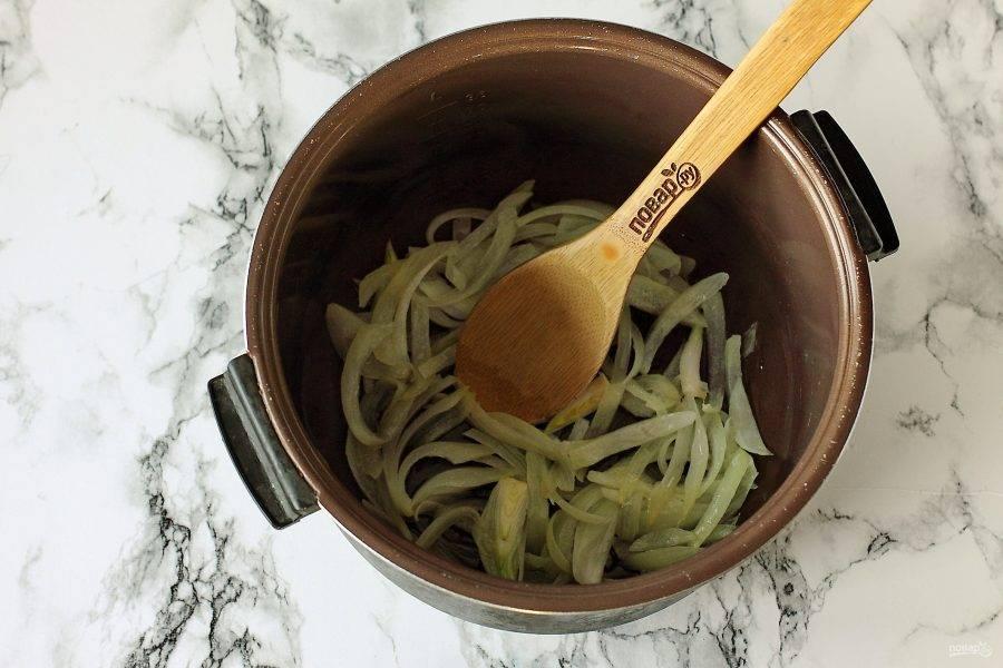 """Налейте в чашу мультиварки масло и положите нарезанный перьями или полукольцами репчатый лук. Установите режим """"Жарка"""" и готовьте до мягкости."""