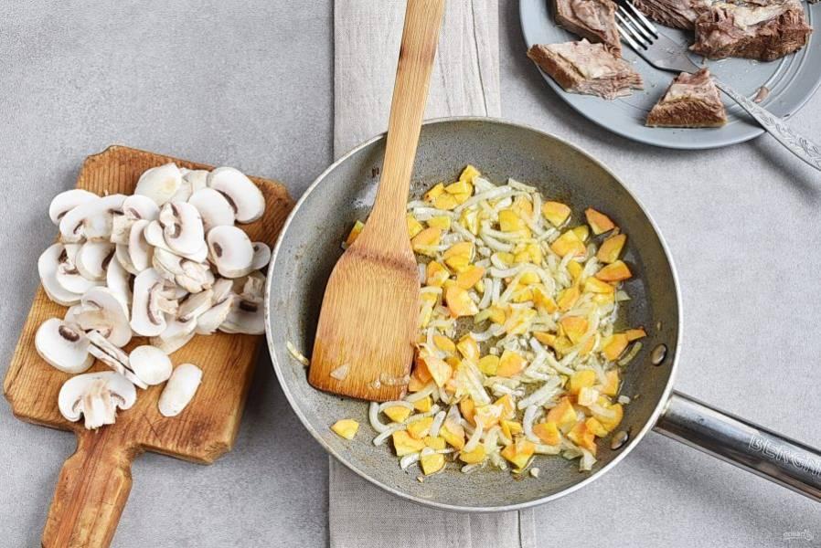 На сливочном масле позолотите нашинкованный лук и морковь.