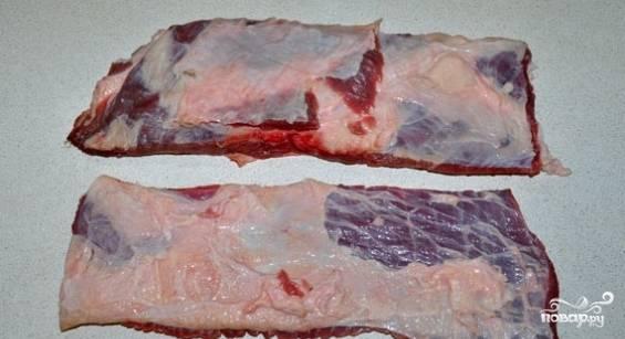 Для этого рецепта лучше выбирать тонкую брюшину. Если вы хотите получить более диетическое блюдо, то перед приготовлением зачистите мясо от лишнего жира. Вымойте и обсушите брюшину.