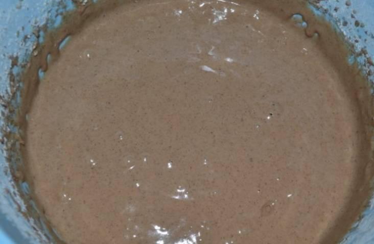 Введите 100 граммов сметаны, какао-порошок и соду (гашенную уксусом). Перемешайте, начинайте добавлять муку, постепенно замешивая тесто.