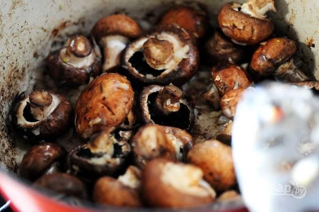 11. Через пару минут добавьте грибы.