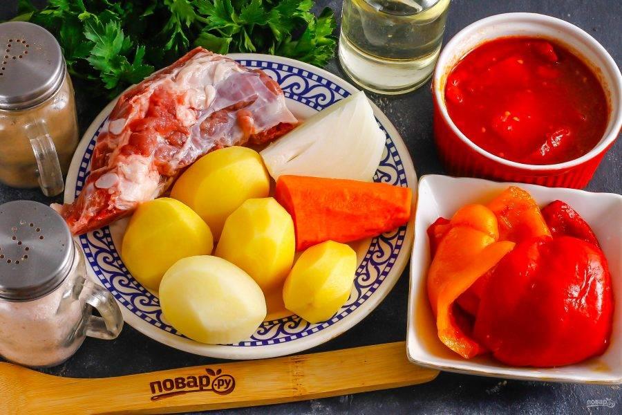 Подготовьте указанные ингредиенты. Овощи очистите и промойте в воде. Если используете замороженный перец, то разморозьте его. Помидоры можно заменить томатной пастой или томатным соком.