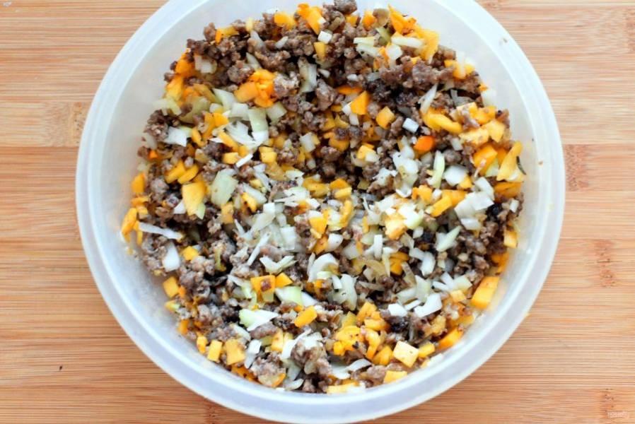 Тыкву и вторую луковицу мелко нарубите кубиками и смешайте с остывшим фаршем. Посолите по вкусу, щедро поперчите и добавьте щепотку зиры.