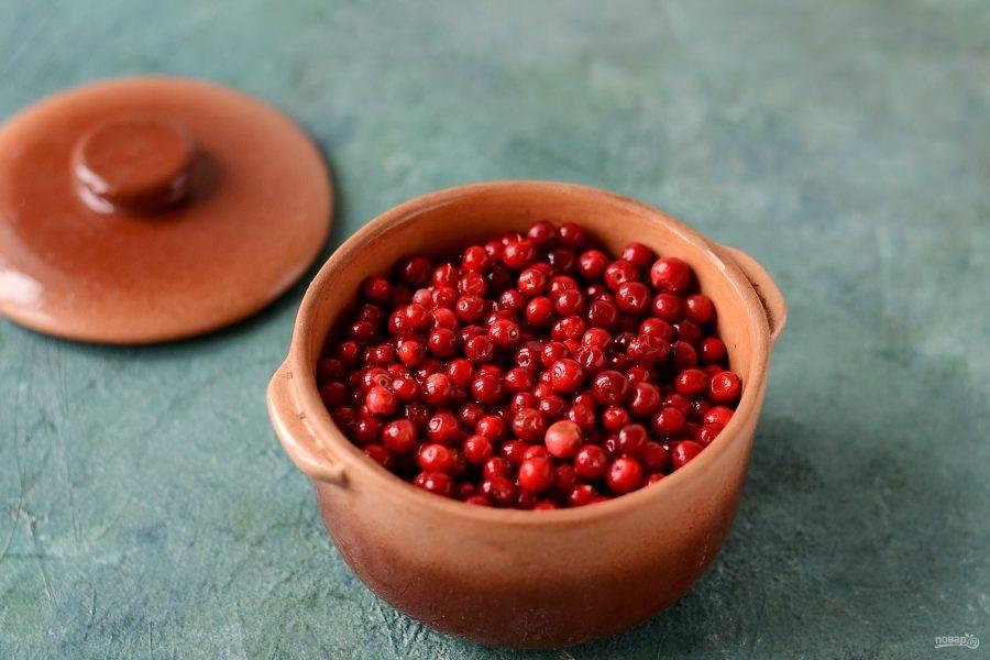 Переложите ягоду в керамическую форму с крышкой. Поставьте томиться в духовку при температуре 150 градусов.