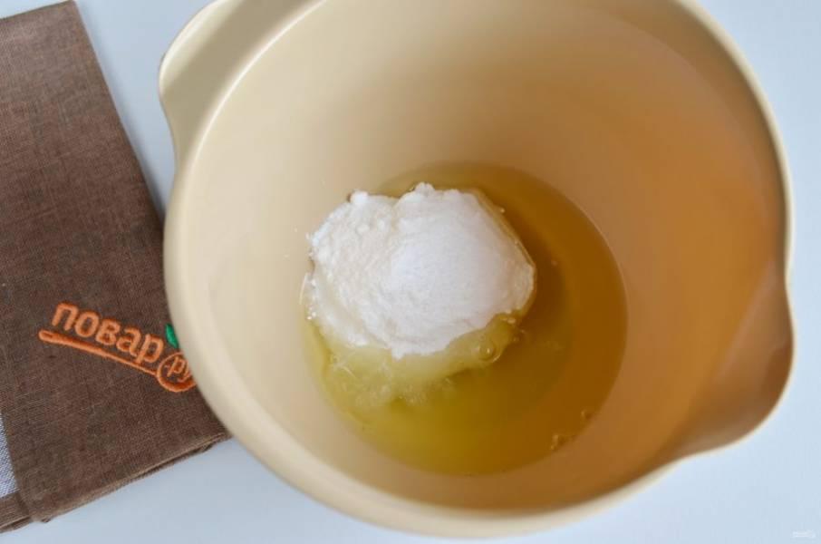 2. Отделите желтки от белков. Как правило, сахарной пудры используется по весу вдвое больше, чем белков (2:1). То есть, если один сырой белок от среднего куриного яйца весит 25-30 граммов, то сахара необходимо ровно в 2 раза больше – 50-60 граммов. В белки влейте лимонный сок и положите половину сахарной пудры. Начинайте миксером взбивать массу от минимальных оборотов, постепенно добавляя, переходя на максимальный режим.