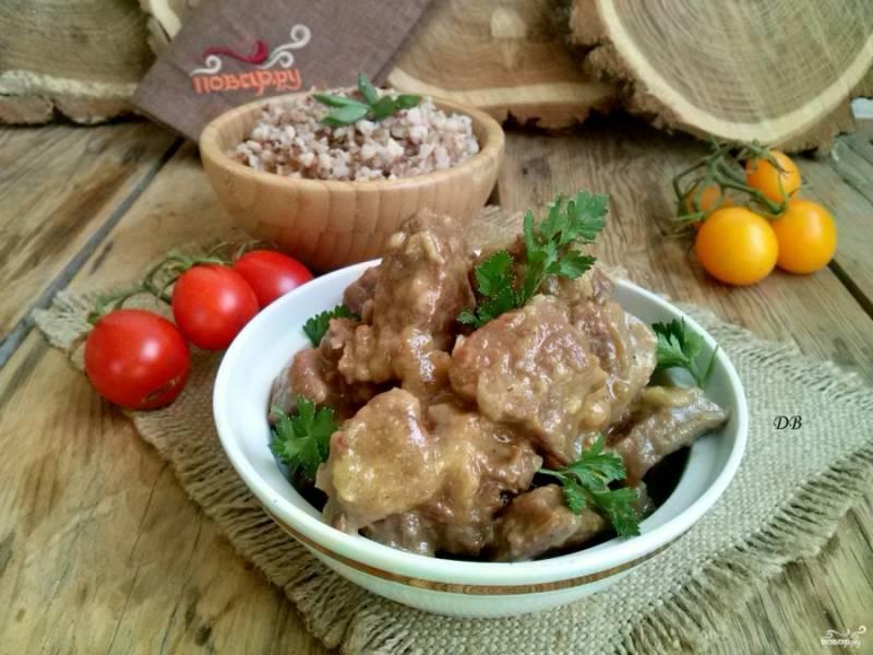 Подавайте мясо на блюде с любимым гарниром, свежими овощами и зеленью. Приятного аппетита!