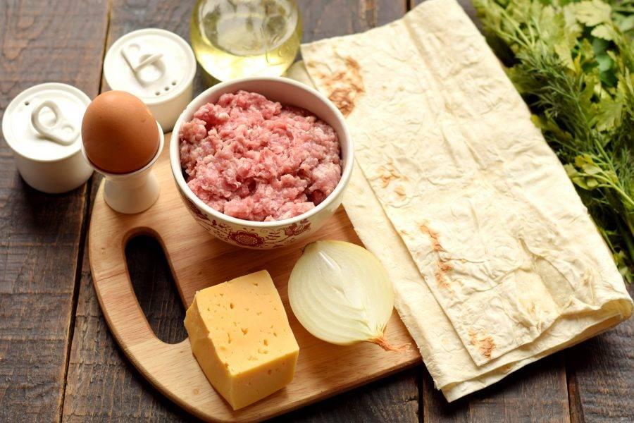 Подготовьте тонкий лаваш и необходимые компоненты для приготовления начинки. Заранее перекрутите мясо через мясорубку, получая однородный фарш.