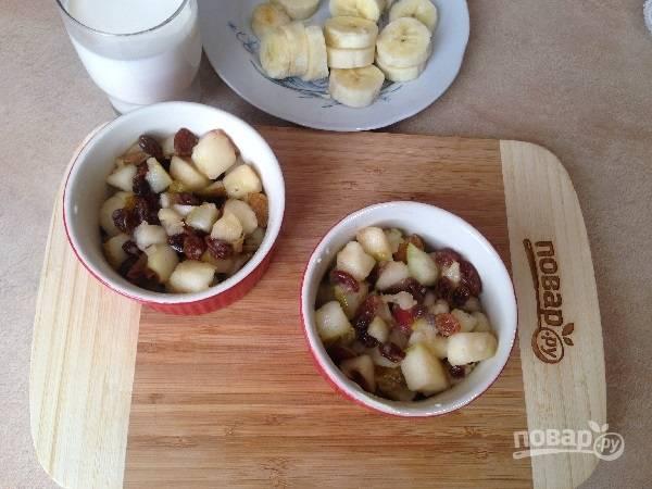 6. Выкладываем подготовленные фрукты в формочки для запекания (в несколько или в одну большую).