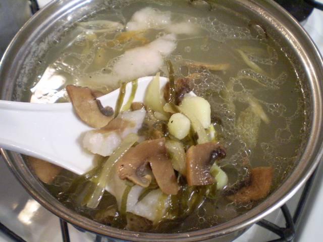 8. Добавляем в суп грибы с луком, провариваем 5 минут и выключаем суп.