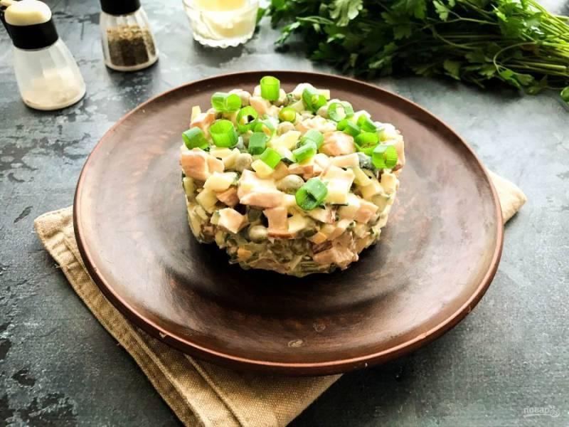 Салат с копченой курицей и горошком готов. Приятного аппетита!