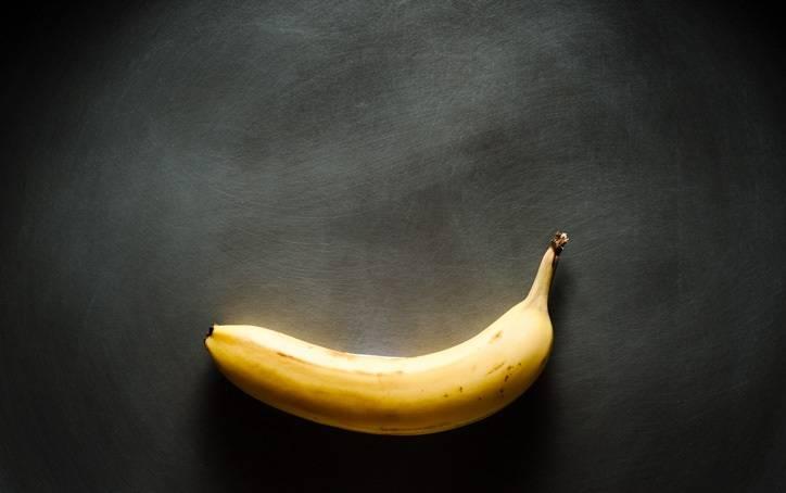 1. При приготовлении жареных бананов в карамели необходимо использовать плотные и не слишком переспевшие фрукты. Желательно, чтобы на шкурке не было черных пятен, а мякоть была достаточно плотной.