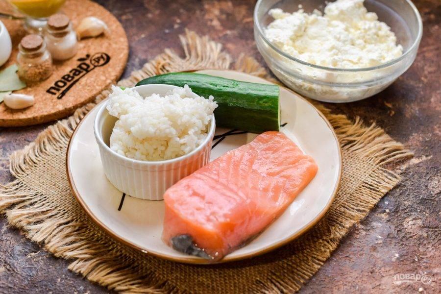 Подготовьте ингредиенты. Рис отварите заранее. На порцию сухого риса возьмите две порции воды. Сухого риса понадобится 80 грамм, воды — 160-170 мл.