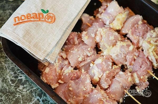 Насадите кусочки курицы на предварительно замоченные в воде шпажки.