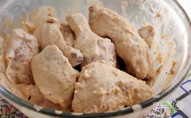 Замаринуйте курицу майонезным соусом, посолите и оставьте на 30 минут.