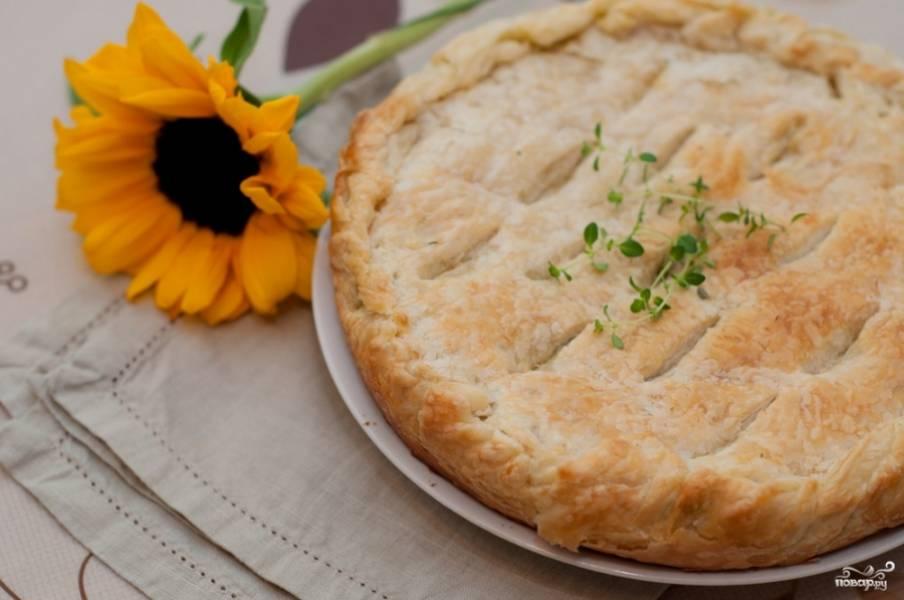 Отправьте пирог выпекаться на 20 минут в разогретую до 180 С духовку. Пирог должен подрумяниться. Готовый пирог с сулугуни подавать можете со сметаной. Приятного аппетита!