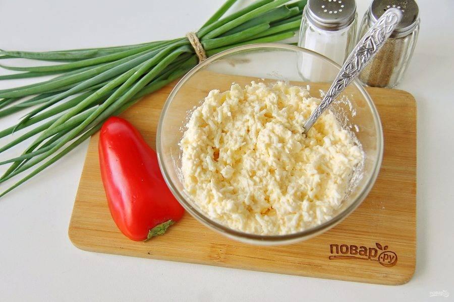 Добавьте по вкусу соль, молотый перец и все хорошо перемешайте. Начинка готова.
