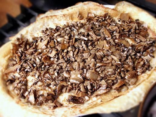 8. Верхним слоем начинки будут жаренные грибы с луком. В процессе лучше всего слегка прижимать блины руками, чтобы лазанья по-русски в домашних условиях была более плотной.