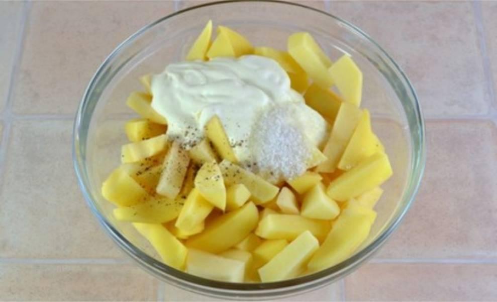 2. Посолите картофель, поперчите и добавьте 100 грамм сметаны.