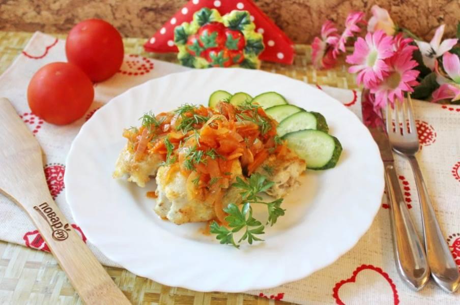 На рыбу выложите соус из моркови, лука и томатной пасты. Минтай по-гречески готов. Можно подавать к столу.