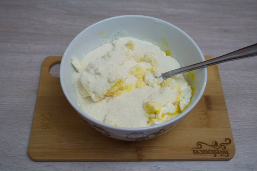 Растопите сливочное масло. Влейте его в тесто. При помощи вилки вымешайте тесто до однородности.