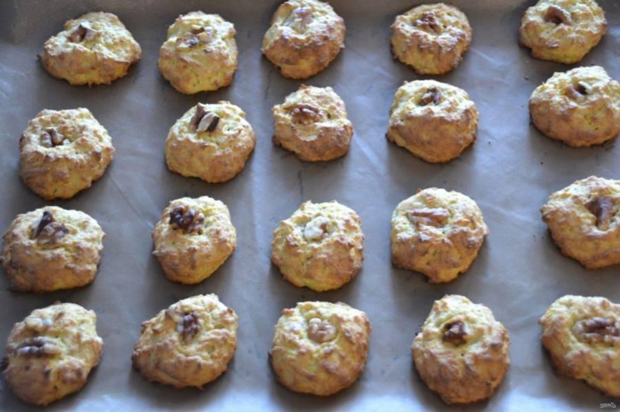 Выпекайте печенье в духовке при температуре 180 градусов 20-25 минут.