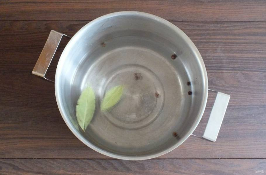 Сварите рассол. В 400 мл. воды добавьте лавровый лист, перец горошком, соль, сахар. Поставьте на огонь. Доведите до кипения.