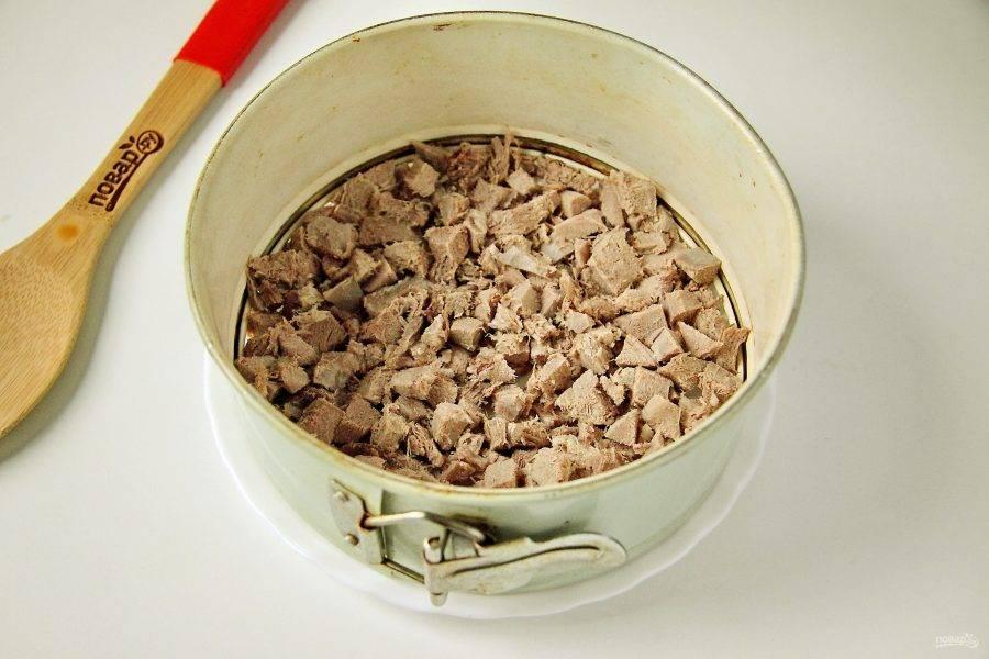 Яйца нарежьте кубиками. Отдельно обжарьте нарезанный кубиками лук и шампиньоны пластинами. Сыр натрите на терке, язык нарежьте кубиками. Начинаем собирать салат. Каждый слой необходимо посолить по вкусу и смазать майонезом. Первым слоем идет язык.