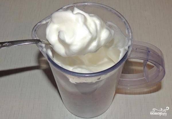 В другой посуде взбиваем белки с лимонной кислотой до устойчивых пиков.