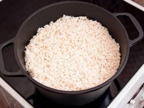 5. Промойте тщательно рис (я это делала несколько раз) и добавьте поверх мяса с овощами. Классический рецепт плова в кастрюле подразумевает собой введение бульона в плов. Я использовала обычную воду.