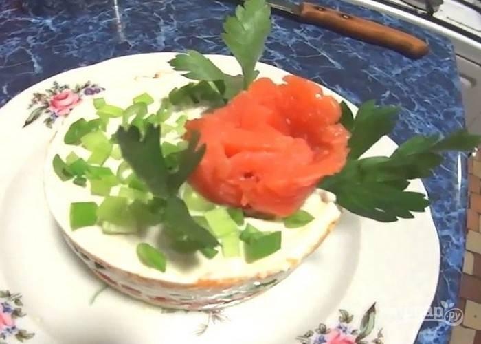 Украсьте салат из слабосоленой форели по своему вкусу и подавайте на стол. Приятного аппетита!