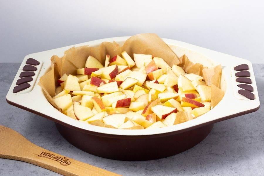Затем выложите яблоки, нарезанные небольшими кусочками.