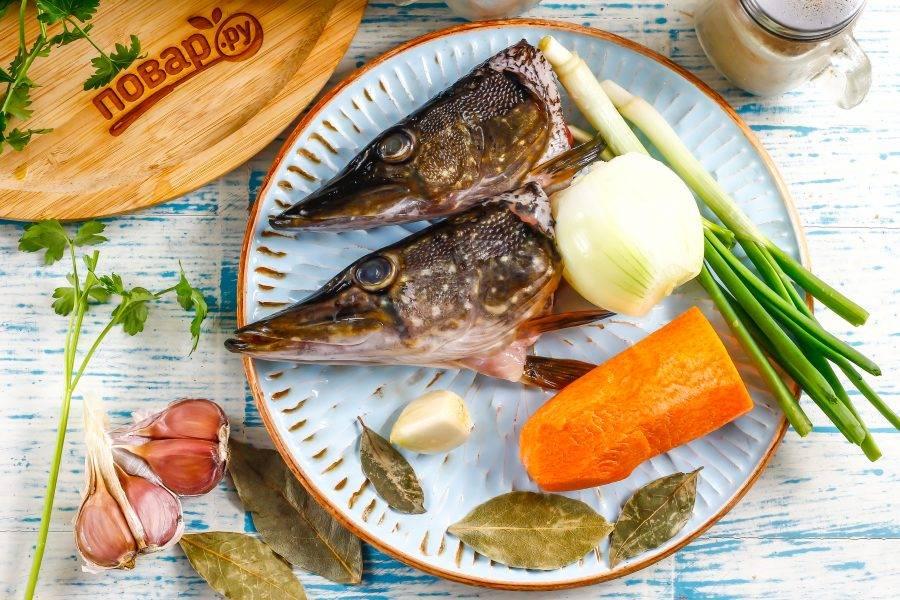 Подготовьте указанные ингредиенты. Рыбьи головы промойте в воде, морковь, чеснок и лук очистите от кожуры и промойте.