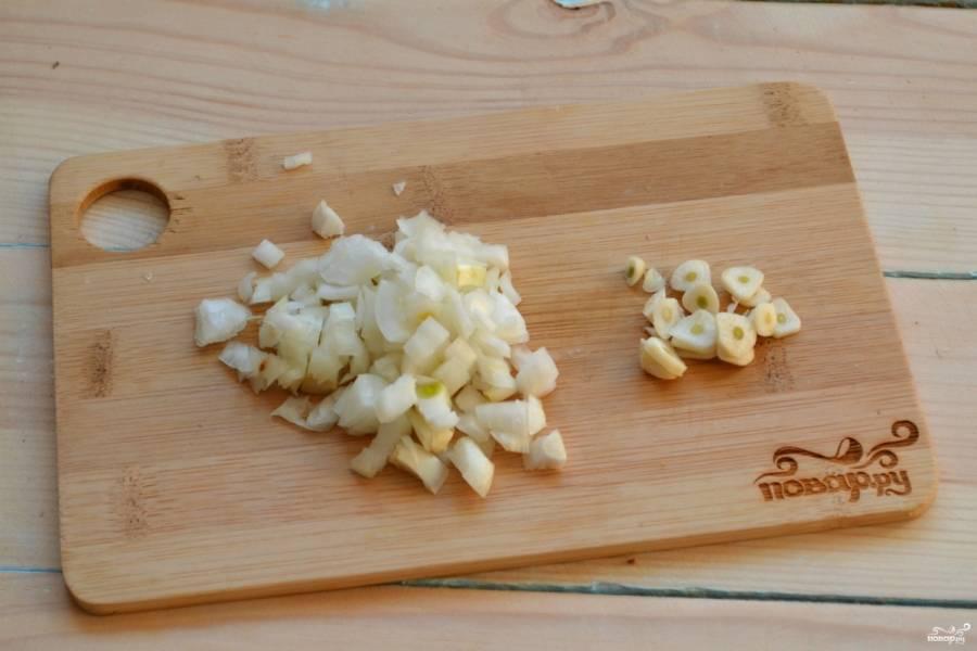 Лук порубите мелкими кубиками, чеснок порежьте тонкими пластинами.