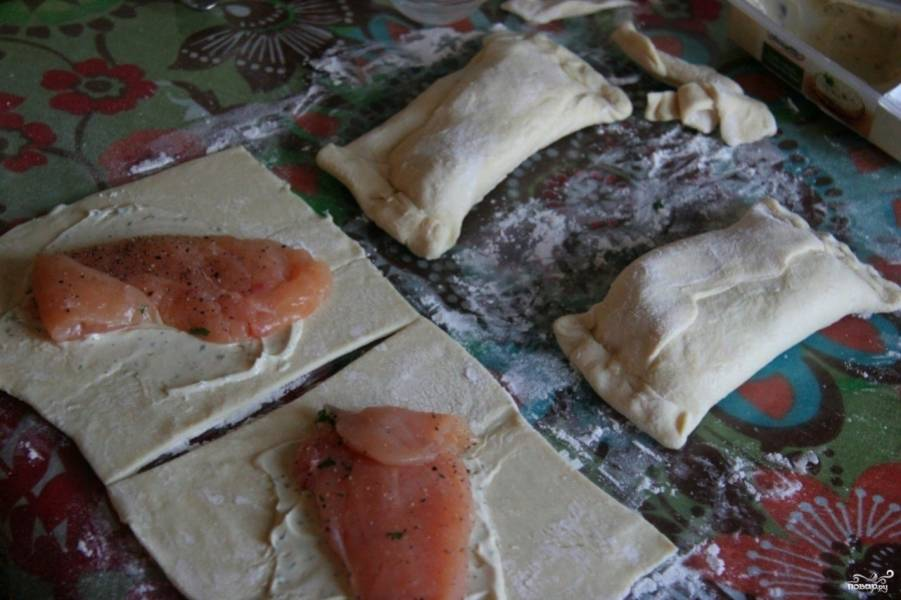 Уложите на каждый кусок теста филе. Сформируйте пирожки.