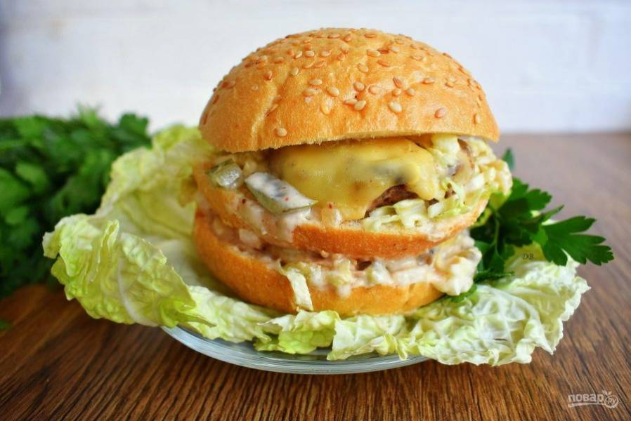 Соберите Биг Мак: булочка, соус, капуста, лук, огурец, котлета с сыром, соус. Повторите слои и сверху завершите булочкой. Приятного аппетита!