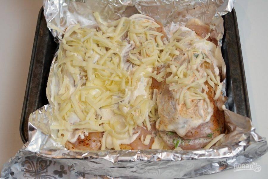 Натрите на крупной терке твердый сыр. Посыпьте кармашки сыром.