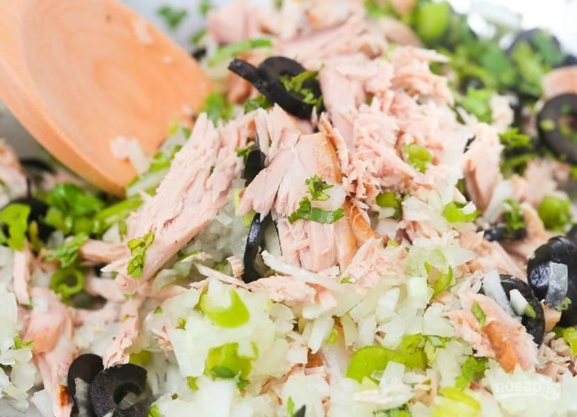 Кольцами нарежьте оливки. Мелко нарежьте очищенный лук и болгарский перец. Разберите на волокна тунец, слив масло или сок. Смешайте все эти ингредиенты, добавив острый перец и свежий кориандр.