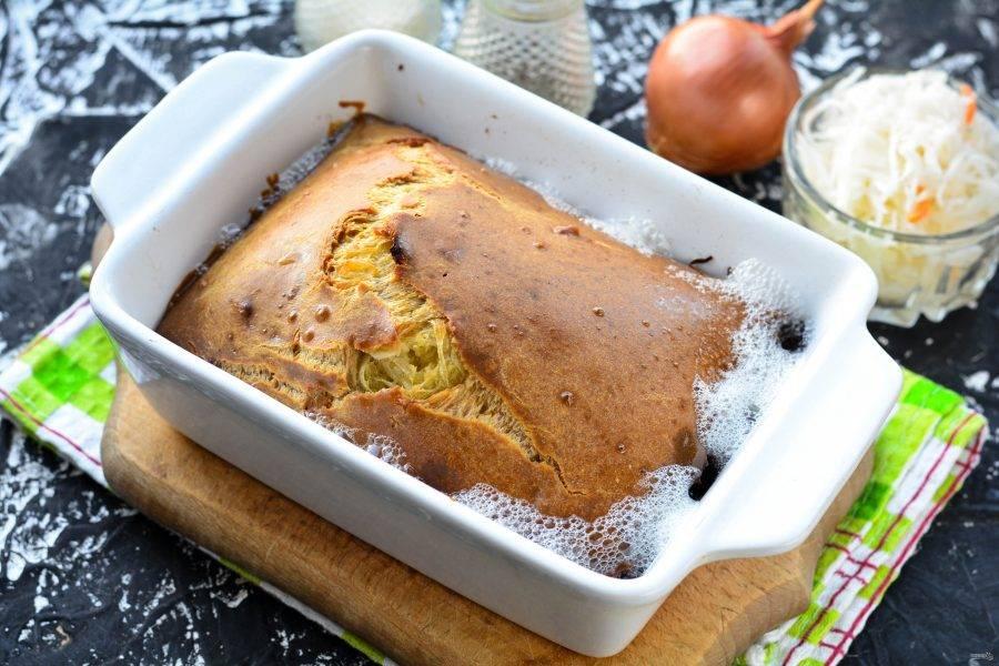 Выпекайте пирог 20-25 минут при температуре 180-190 градусов. Пирог станет пышным и румяным.