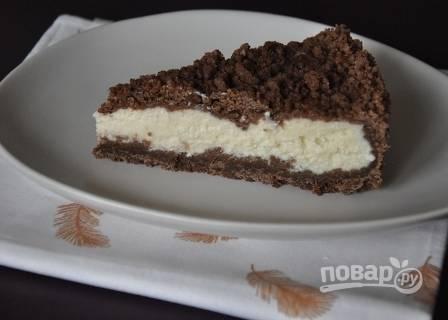 Пирог должен полностью остыть в форме, только затем его достаем, нарезаем и подаем к столу.