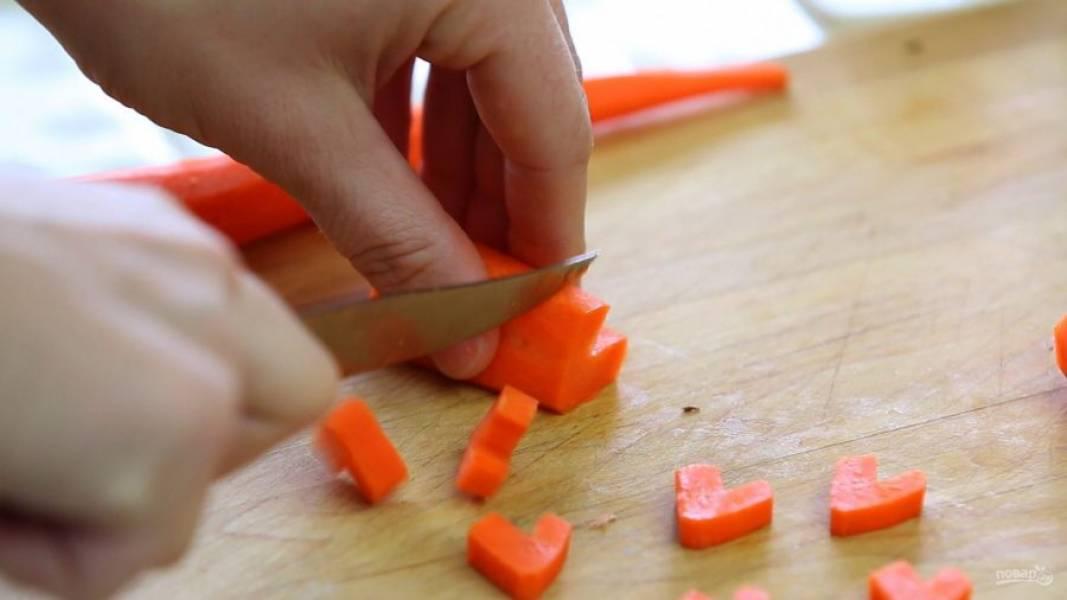 4. А очищенную морковь нашинкуйте кружками, по желанию сделайте оформление сердечками.