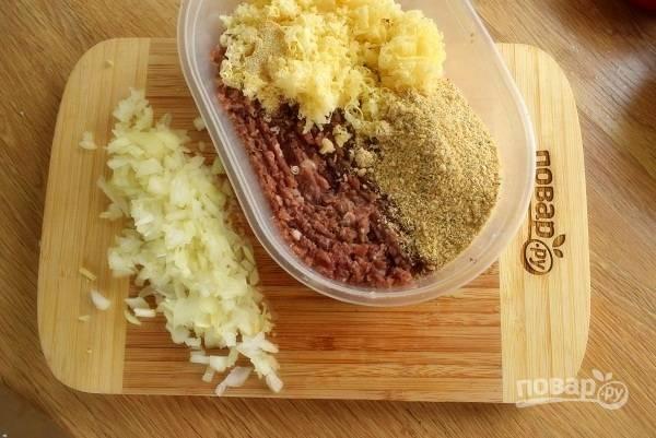 Измельченный лук, чесночный порошок, соль, перец черный свежемолотый, пармезан соедините с фаршем, перемешайте.