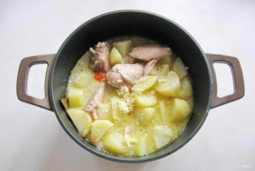Тушите курицу с картофелем на небольшом огне до готовности. В конце добавьте измельченный чеснок.