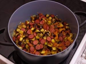 6. После этого отправляем на сковороду сосиски и в самом конце цветную капусту. Солим и приправляем по вкусу.